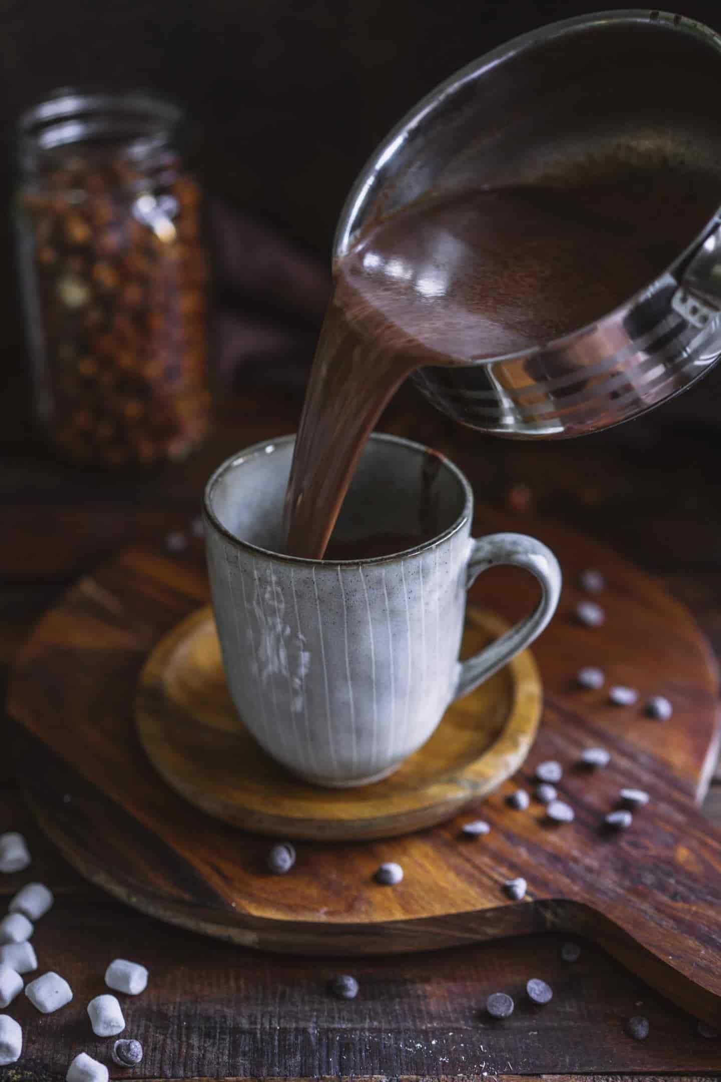 Gesunde heiße Schokolade mit Datteln und Haselnussmilch